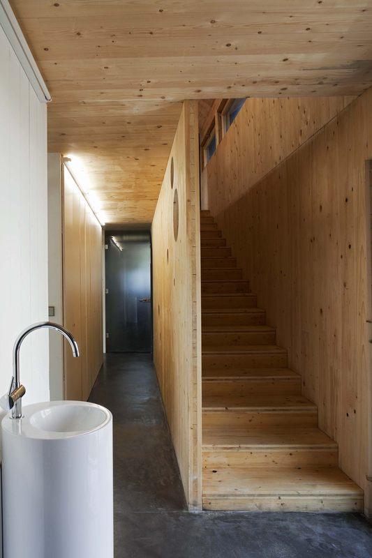 escalier et couloir - Witzmann résidence par Karawitz Architecture - Bessancourt (95) - France -  Photo Nicholas Calcott