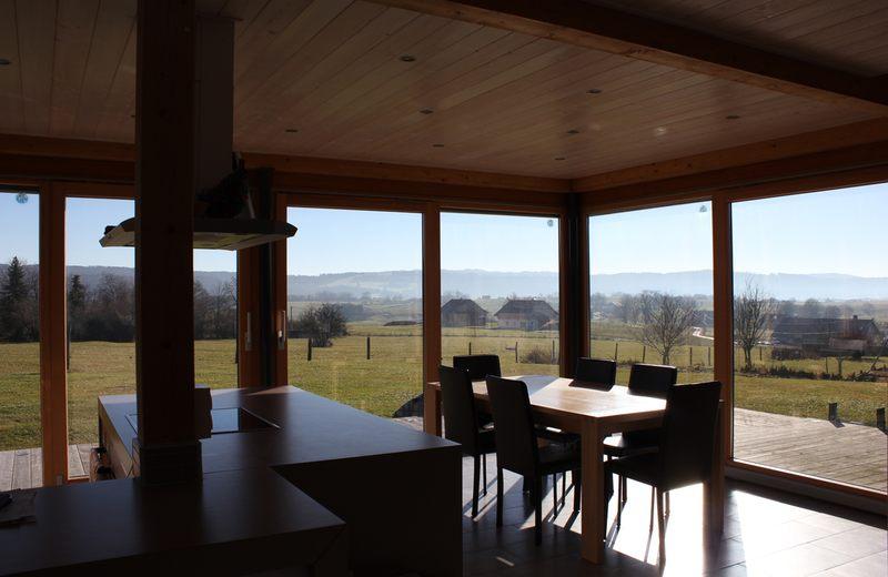 cuisine et séjour - maison ossature bois par Eric Viprey, Cambiums - Jura - France