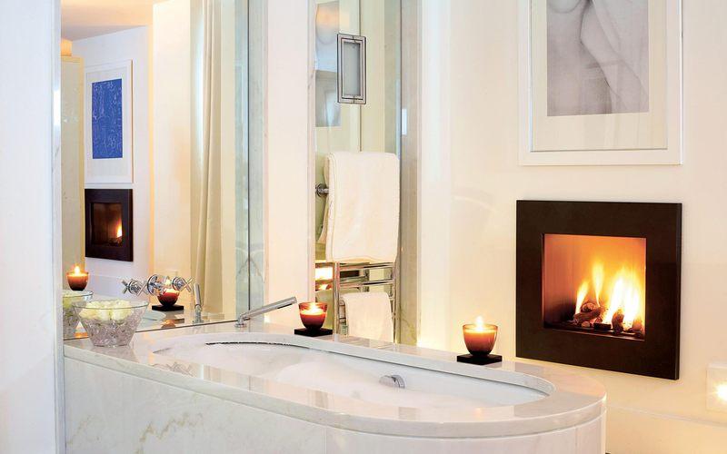 baignoire et cheminée - villa O - St Jean Cap Ferrat - France