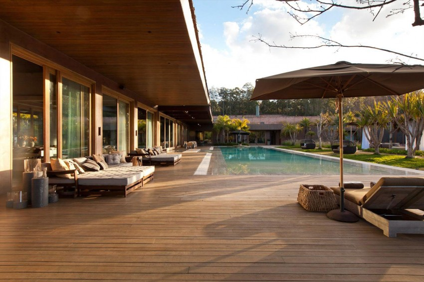 terrasse et piscine - Nova Lima House par Saraiva associados - Nova Lima, Brésil - photo Rafael Carrieri