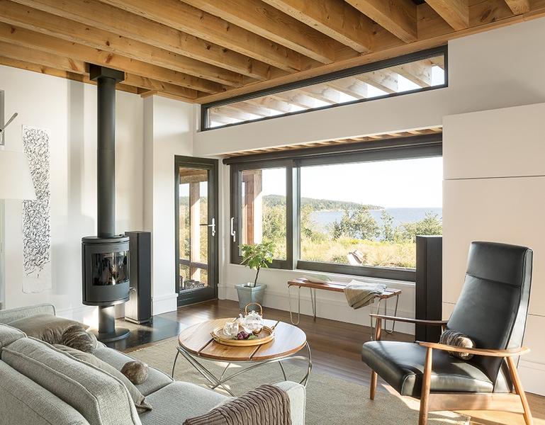 salon et poêle bois - Wooden home artist par Will Winkelman et Todd Richardson - Steuben, Maine, Usa - Photo  Trent Bell