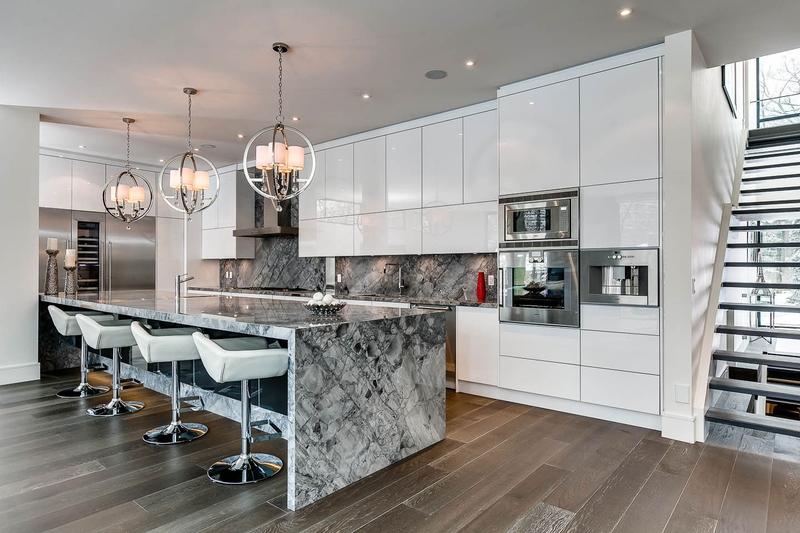 cuisine et îlot en marbre - Ashley Park House par Barroso Homes - Toronto, Canada
