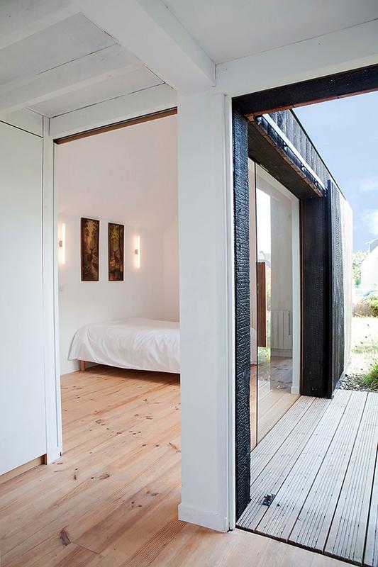 intérieur chambre - extension bois brûlé par Niney et Marca architectes -  Ambon, France - Photo Thibault Montamat