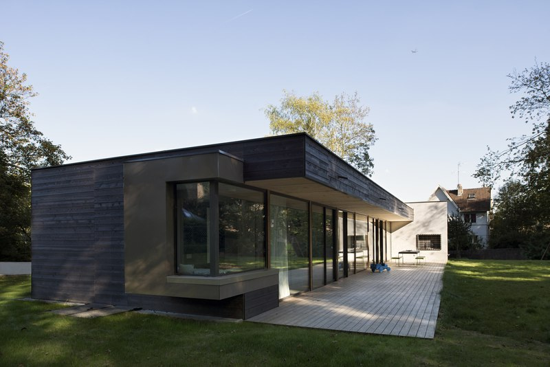 War house par a b architectes dplg montmorency 95 for Petite maison bois contemporaine