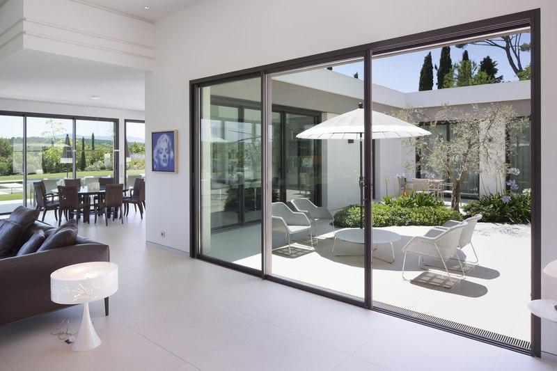 Villa sainte victoire par henri paret architecte avec kawneer aix en proven - Baie coulissante seuil plat ...