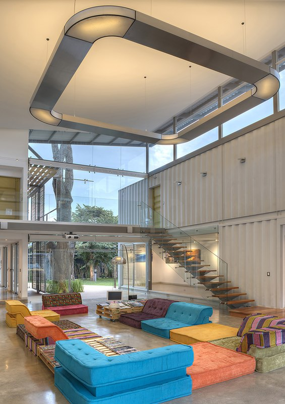 salon et escalier mezzanine - Casa incubo par Maria Jose Trejos- Costa Rica