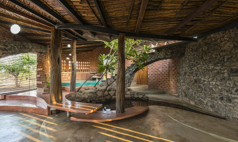 grande pièce de vie -  Brick House par iStudio architecture - Wada, Inde