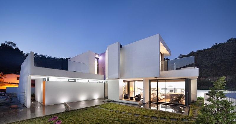 façade piscine de nuit - Woljam-ri House par JMY architects - Gyeongsangnam-do, Corée du Sud