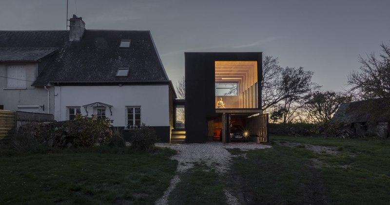 façade garage de nuit - Cliffs Impasse par ZIEGLER Antonin architecte - Senneville-sur-Fécamp, France