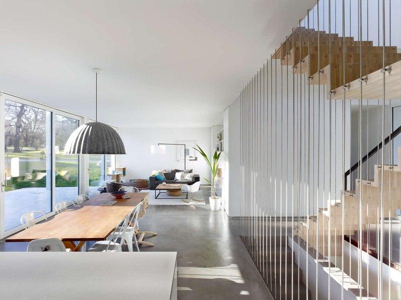 Maison contemporaine avec vaste porte faux en bois - Maison campagne suisse fovea architects ...
