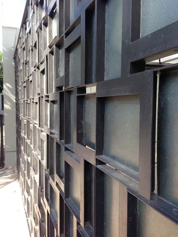 Maison contemporaine urbaine avec de grands espaces verts for Maison moderne urbaine