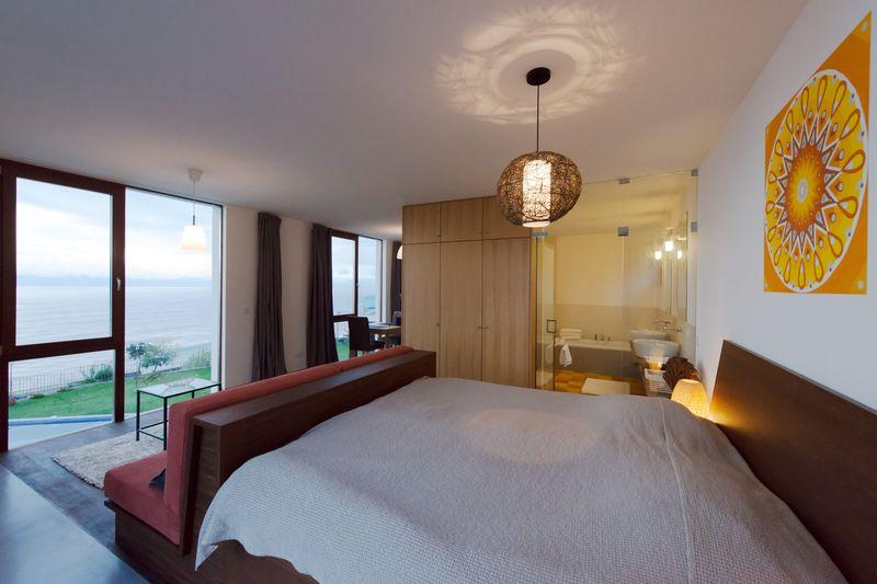 chambre, salle de bains et vue panoramique - Casa do Miradouro par Dirck Mayer - Ponta Delgada, Madère, Portugal