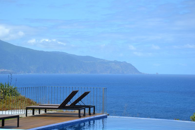 panorama de la piscine - Casa do Miradouro par Dirck Mayer - Ponta Delgada, Madère, Portugal