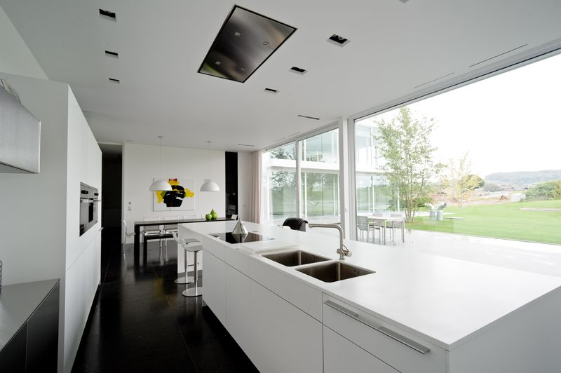 Design pur pour maison contemporaine belge aux lignes intemporelles construire tendance for Cuisine maison moderne