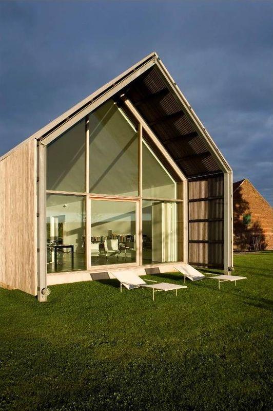 Belle maison traditionnelle spacieuse en bois en belgique for Architecture flamande