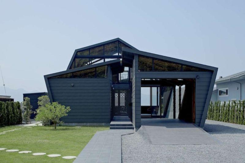 Le polygone pour forme cette maison en bois bordant l for Garage mercedes gap
