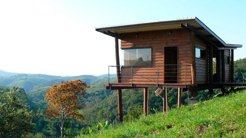 Maisonnette en bois sur pilotis sur une colline verdoyante for Small house bliss