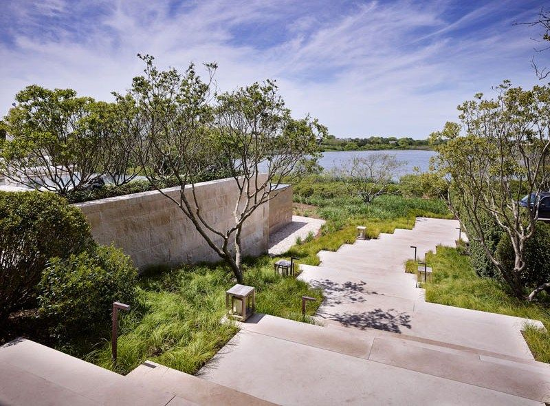 Maison en bois avec de grands espaces vitr s bordant l for Jardin new york