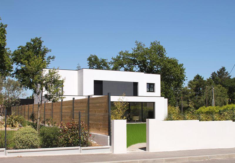 maison bioclimatique contemporaine par volumes et plans. Black Bedroom Furniture Sets. Home Design Ideas