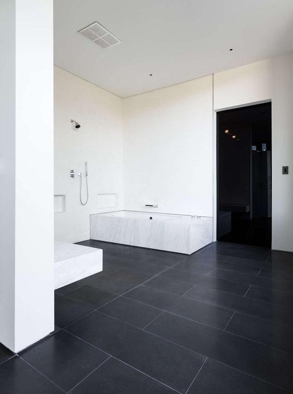 grande maison contemporaine semi enterr e avec toiture. Black Bedroom Furniture Sets. Home Design Ideas