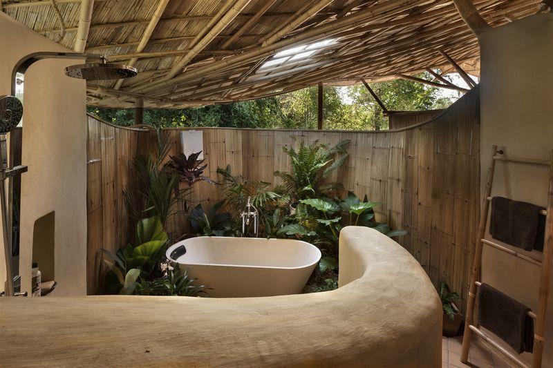Maison traditionnelle en terre et bambou avec une jolie for Plante bambou salle de bain