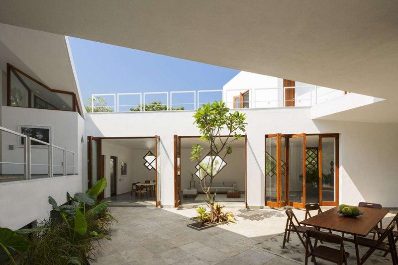 Tomoe villas par note design alibag inde construire for Couvrir une cour interieure
