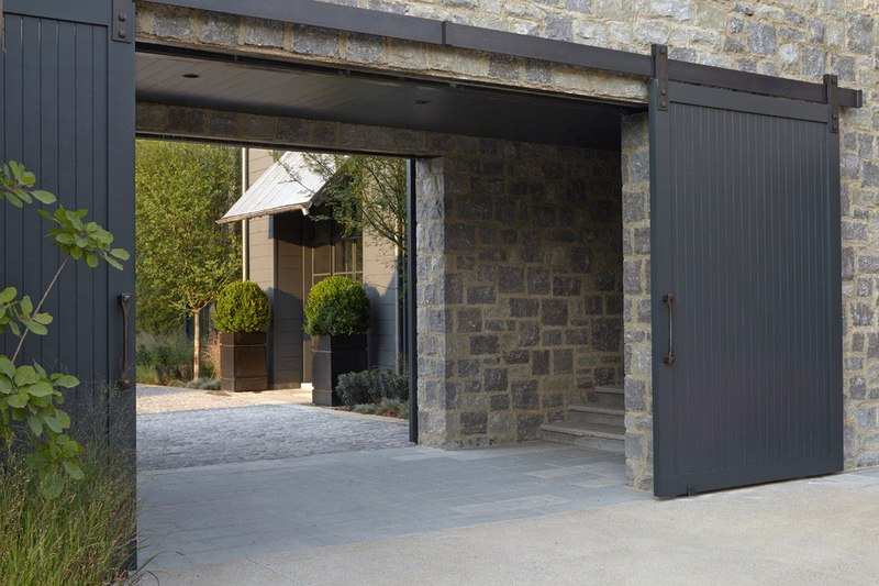 Touche de modernit pour une maison bois et pierre r nov e construire tendance - Portail maison moderne ...