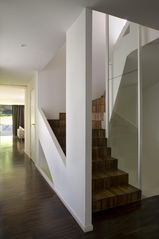 Maison contemporaine et bois par cfa s vres france construire tendance - Escalier ouvert salon ...