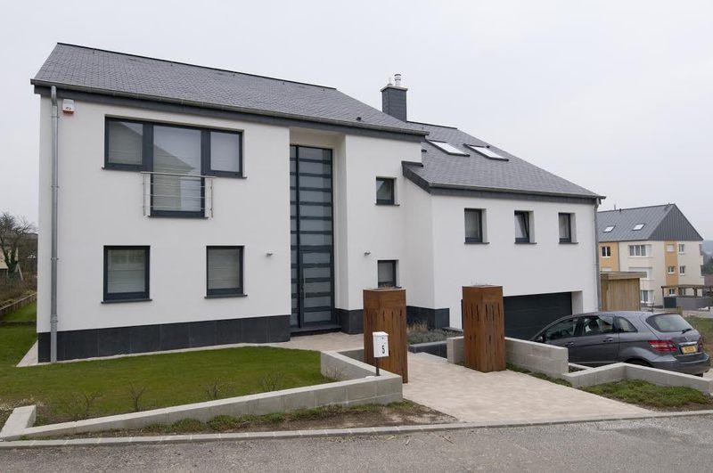 Maison contemporaine par thierry noben nospelt for Facade maison traditionnelle