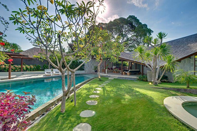 R sidence de vacances avec son toit en forme de voile en for Salon jardin villa esmeralda tultitlan