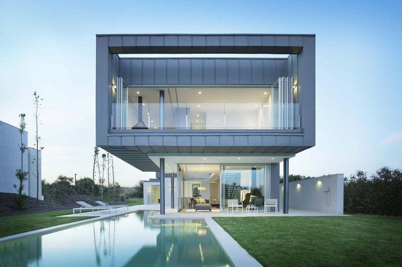 Ravissante maison contemporaine et son porte à faux sur un jardin ...