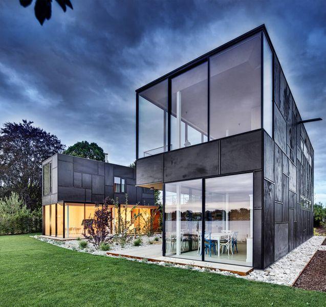 Magnifique maison contemporaine avec son jardin au bord d'un lac en ...