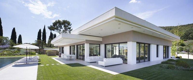 Villa sainte victoire par henri paret architecte avec for Villa avec terrasse couverte
