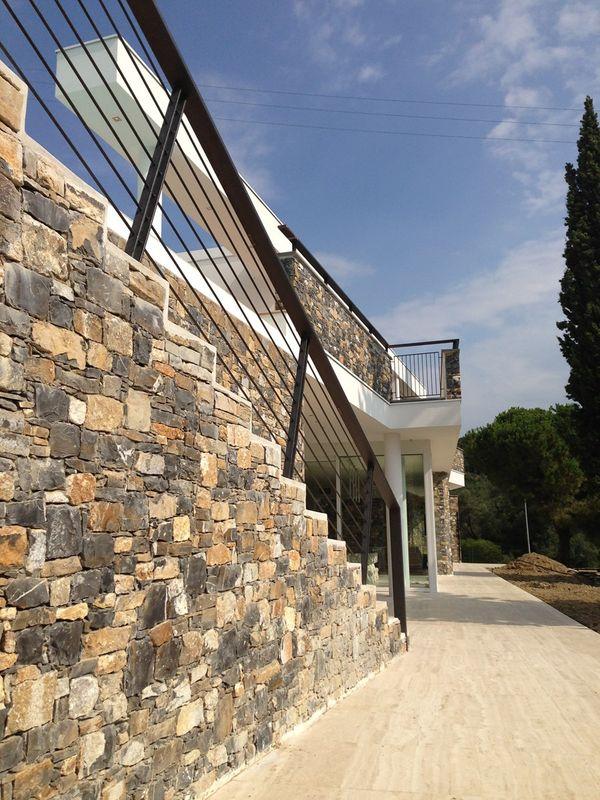 magnifique villa contemporaine en pierres et b ton en italie construire tendance. Black Bedroom Furniture Sets. Home Design Ideas