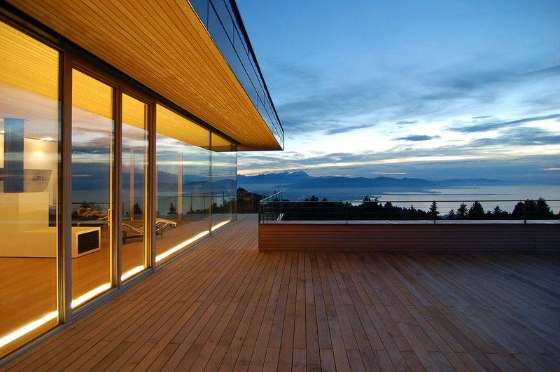 superbe maison en bois contemporaine avec porte faux en suisse construire tendance. Black Bedroom Furniture Sets. Home Design Ideas