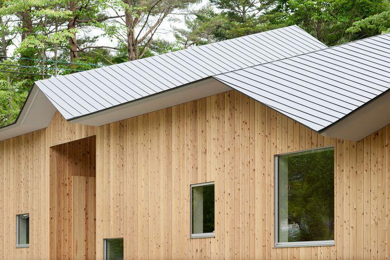 Maison bois au toit con u pour prot ger de la neige du - Maison de vallee au japon par hiroshi sambuichi ...