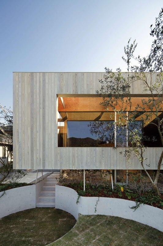 Maison en bois contemporaine sur lev e sur une colline au for Jardines okayama