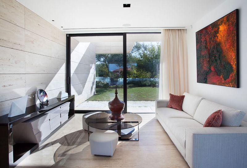 Architecture originale sur une maison moderne avec grande for Grande baie vitree coulissante