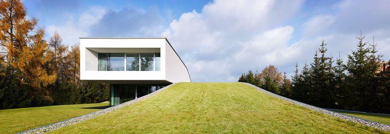 Maison contemporaine atypique et sa toiture v g talis e - Baie vitree pour toiture ...