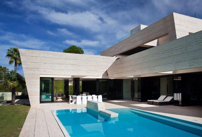 Architecture originale sur une maison moderne avec grande for Deco piscine espagne
