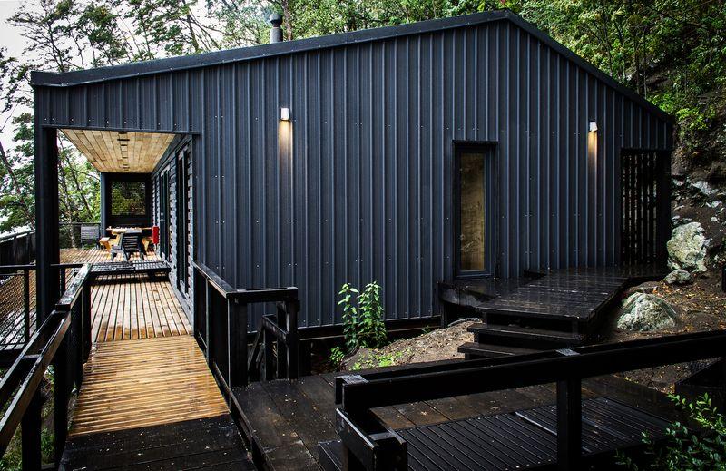 Tonnante maison sur pilotis camoufl e dans les bois au bord d un lac au chili construire tendance - Maison s par domenack arquitectos ...
