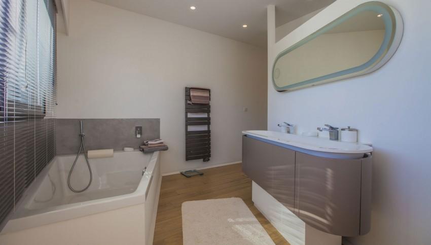 Location maison contemporaine villa pop art france for Salle de bain pop
