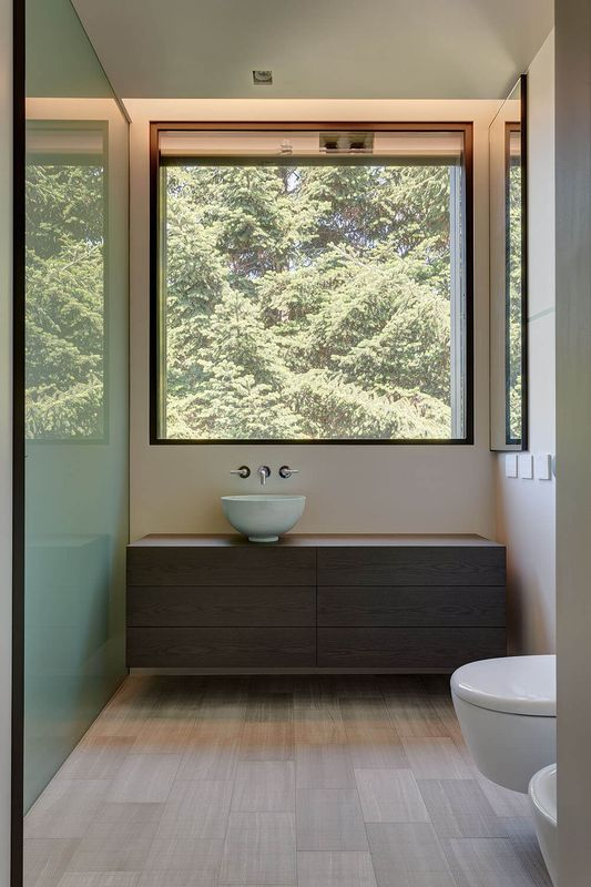 Le charme d 39 une maison bois contemporaine en italie for Salle de bain italie