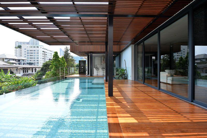 Belle maison contemporaine en bois et b ton avec piscine for Piscine a debordement thailande