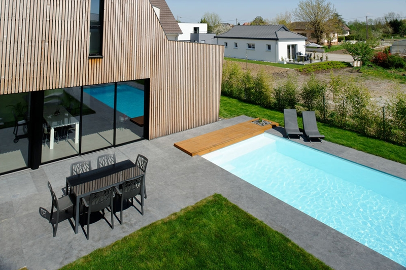 Maison contemporaine et extension bois par ideaa for Terrasse piscine beton