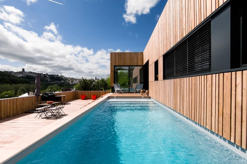 maison en bois contemporaine avec piscine en toit terrasse france construire tendance. Black Bedroom Furniture Sets. Home Design Ideas