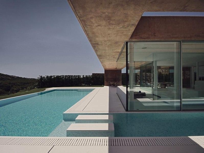 Maison r habilit e par mano arquitectura begur espagne construire tendance - Piscine avec sol qui remonte ...
