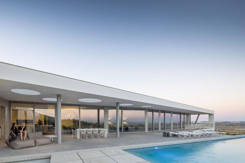 Imposante maison contemporaine de forme longiligne et son porte faux au por - Faire construire sa maison au portugal ...
