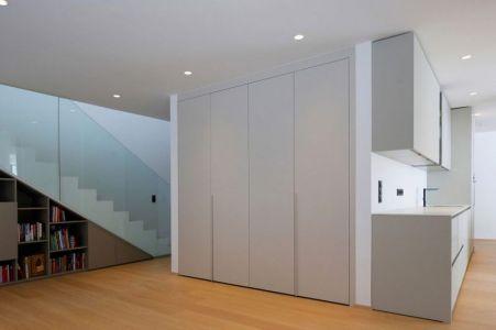 Biblithèque & Escalier Accès étage - Maison En T Par SoNo Arhitekti - Slovénie