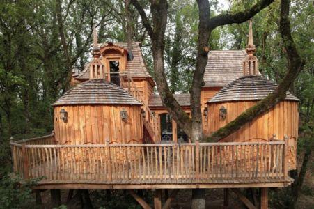 Château Hautefort dans le complexe touristiques de Châteaux dans les arbres à Nojals-et-Clotte, France